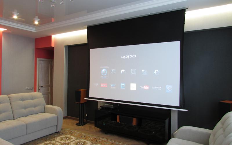 Встроенный в потолок проекционный экран Elite Screens с диагональю 110 дюймов