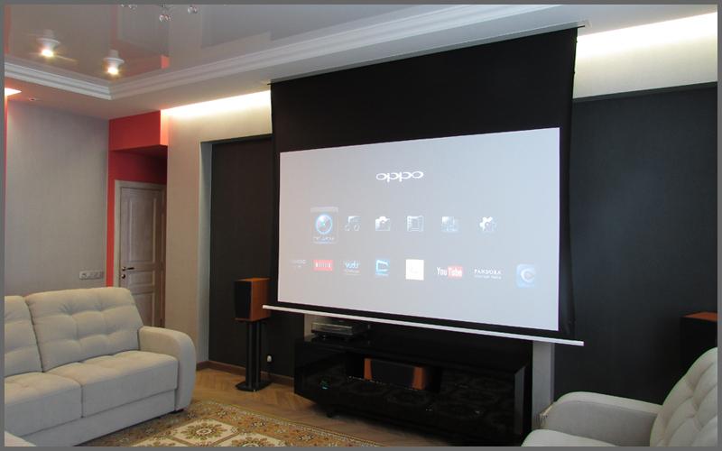 Домашний кинотеатр с проектором и телевизором в квартире