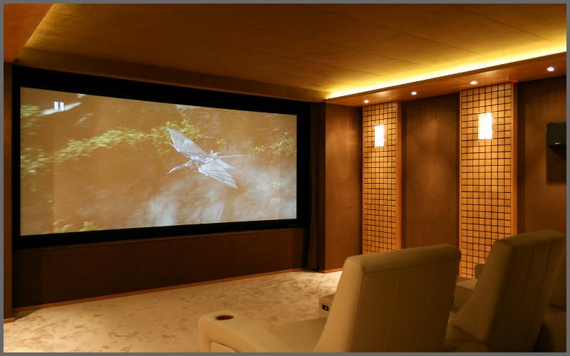 Домашний кинотеатр с проектором в коттедже