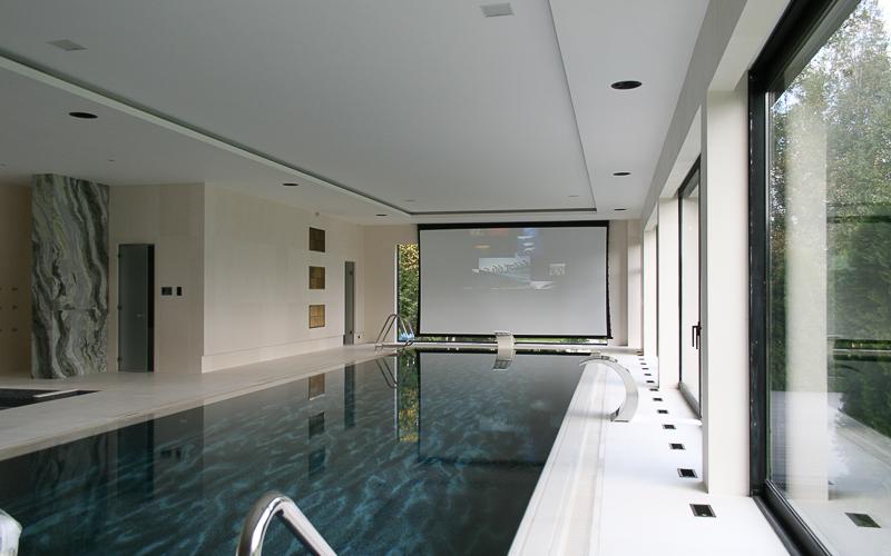 развлекательный кинозал в бассейне загородного дома
