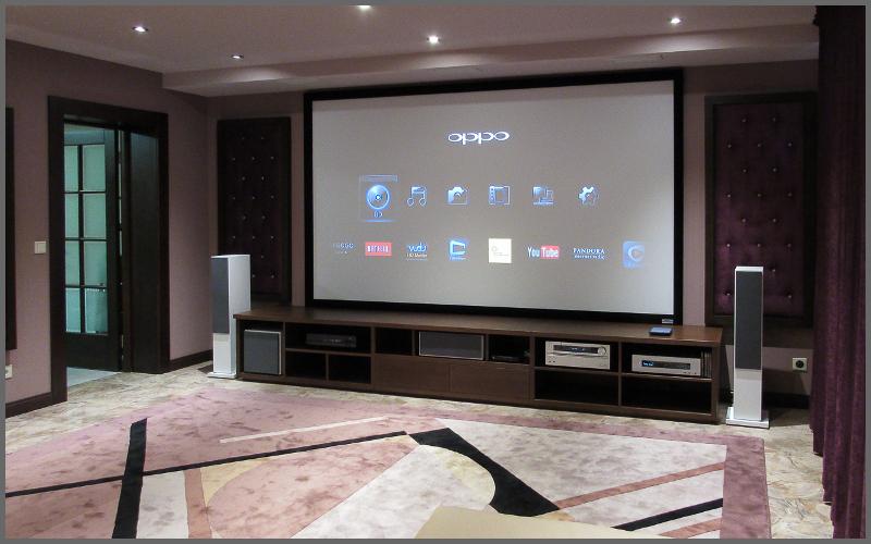 Домашний кинотеатр с проектором в загородном доме
