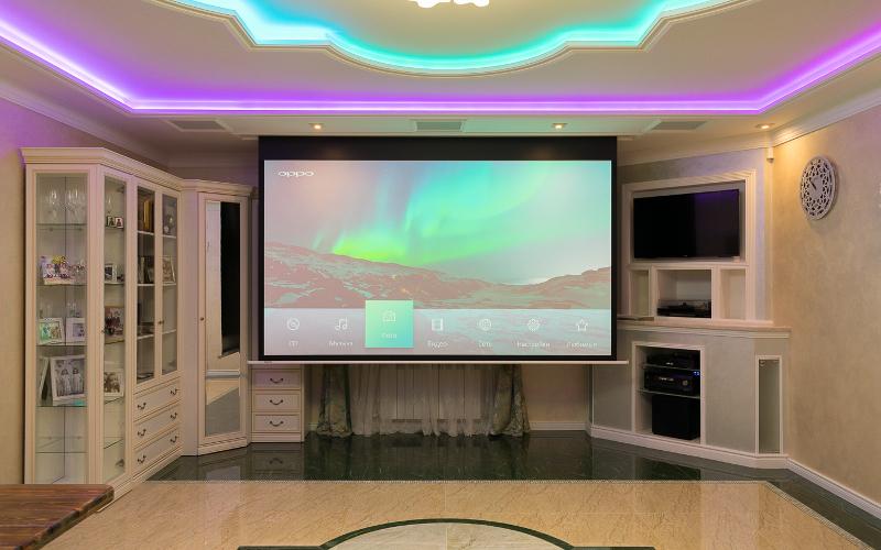домашний кинотеатр с проектором в гостиной загородного дома