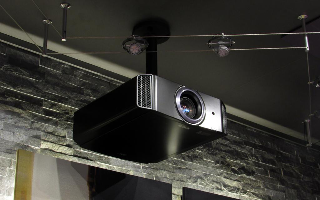 Проектор JVC, закрепленный на потолке