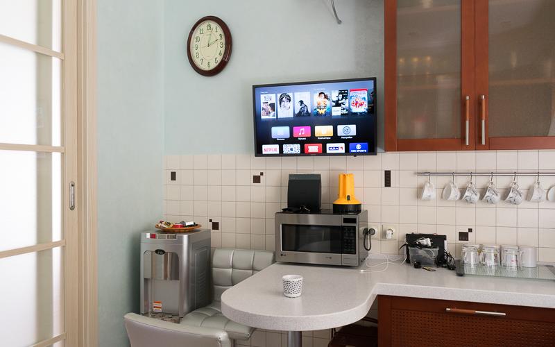 32-дюймовый телевизор Samsung на кухне