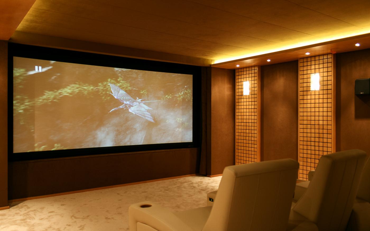 Персональный кинозал с проектором и экраном