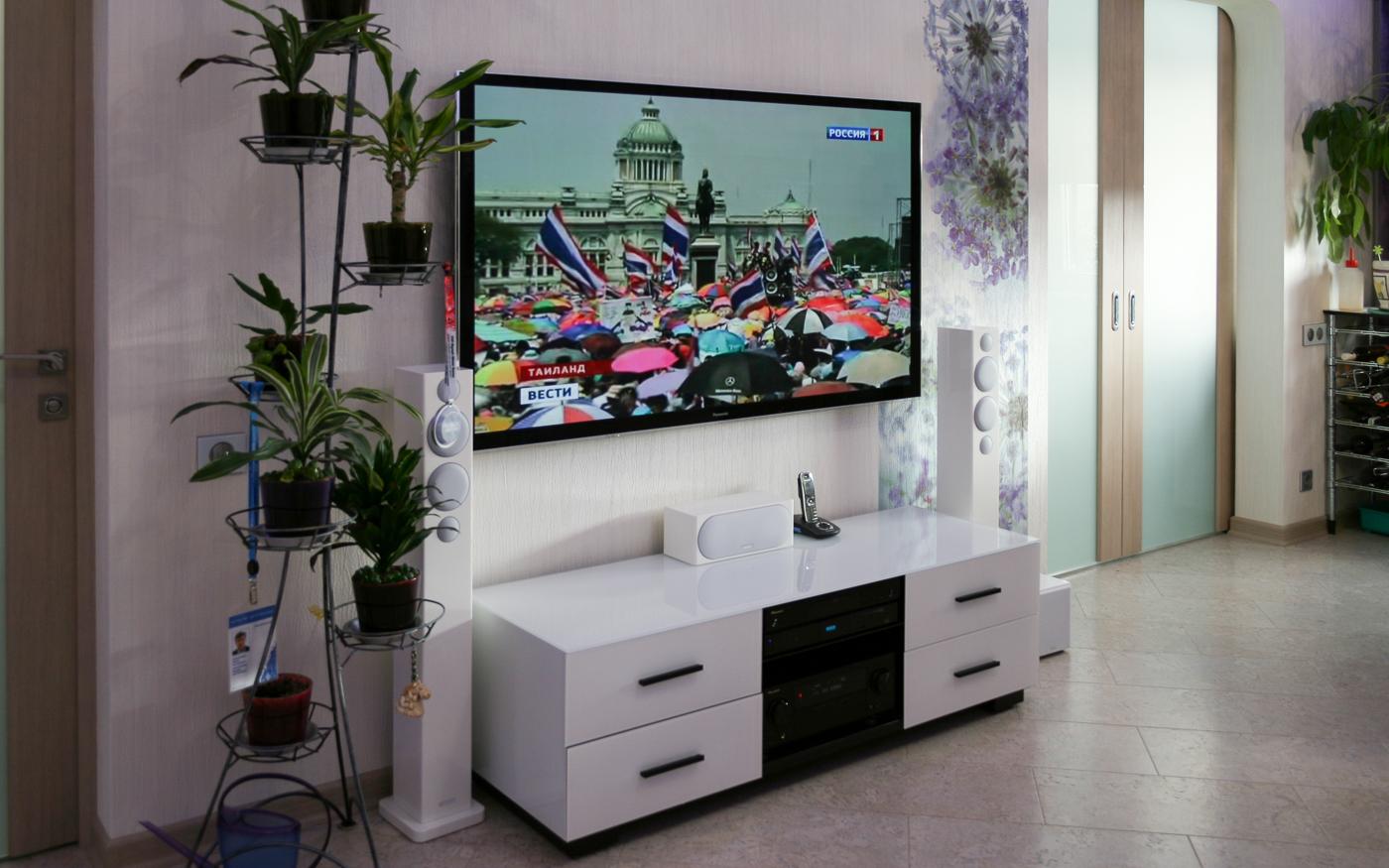 Домашний кинотеатр белого цвета в интерьере гостиной