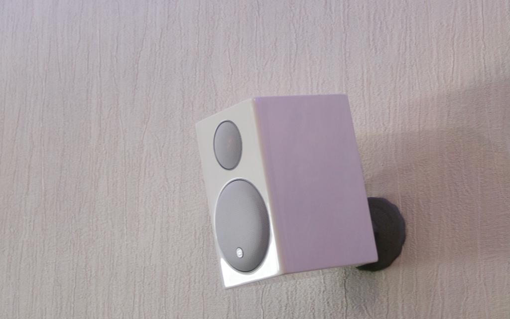 Акустические системы Monitor Audio Radius 90, установленные на стене