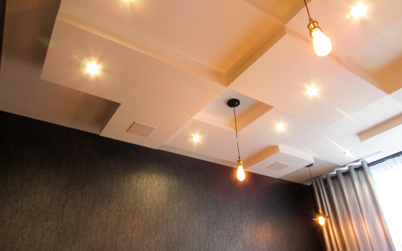 Потолочные акустические системы KEF в жилой комнате