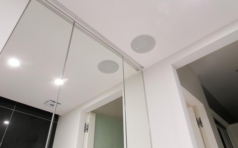 Потолочная акустическая система в ванной комнате