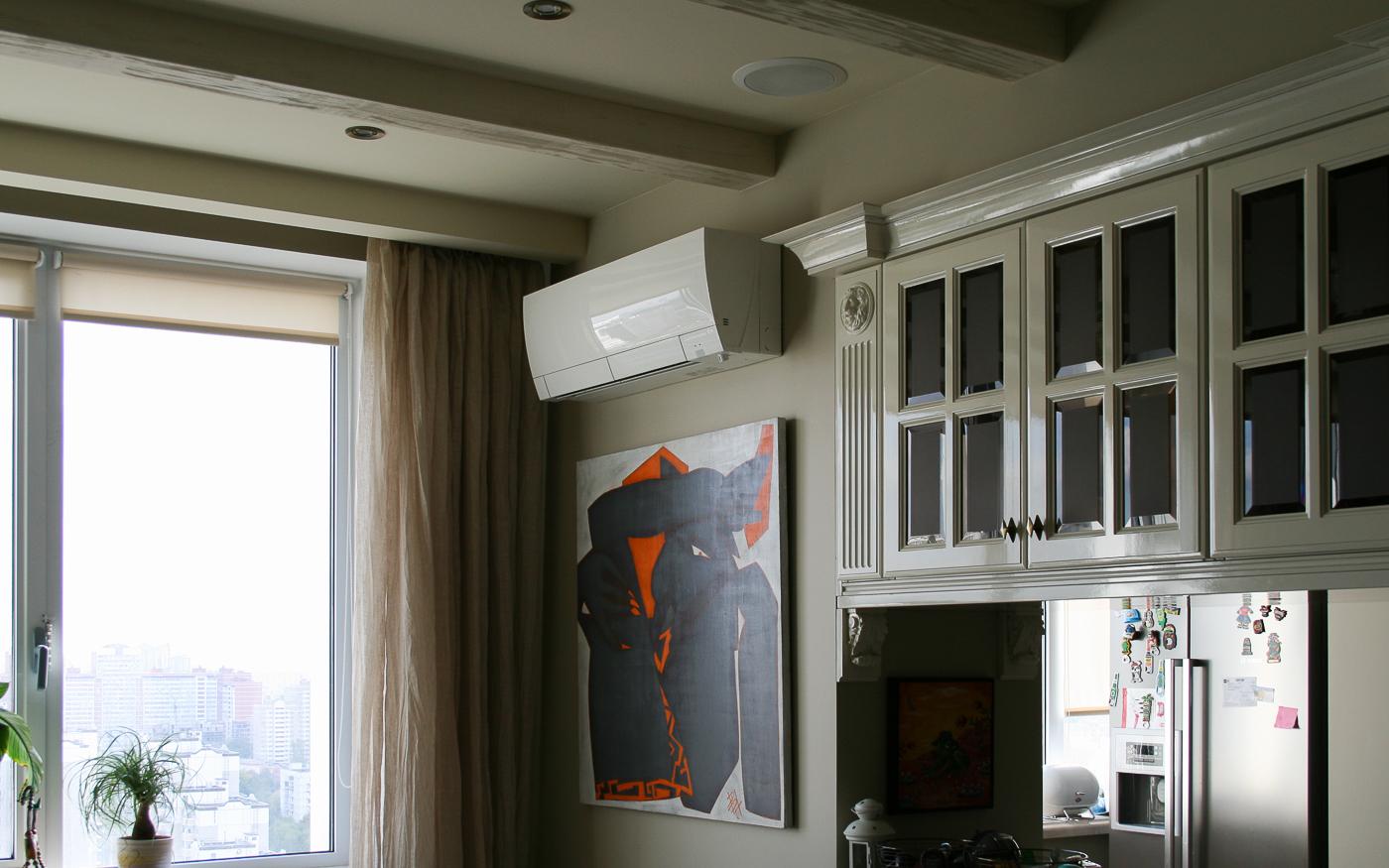Тыловая акустика домашнего кинотеатра встроена в потолок