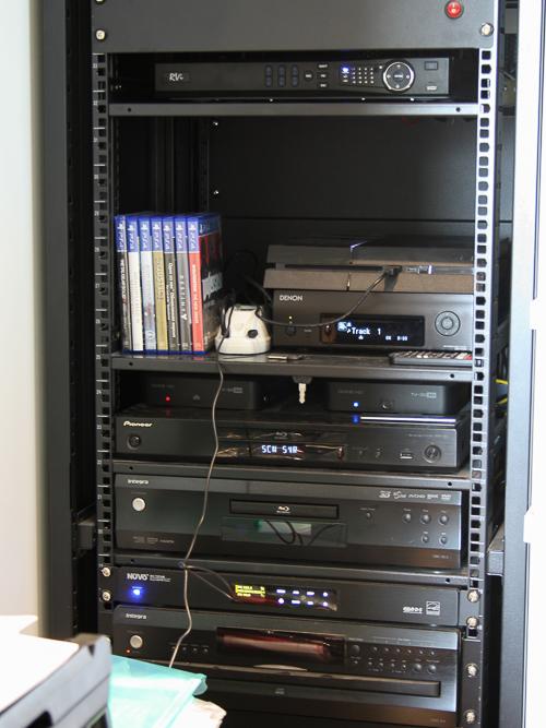 Электроника систем домашнего кинотеатра и мультирум установлена в рековом шкафе