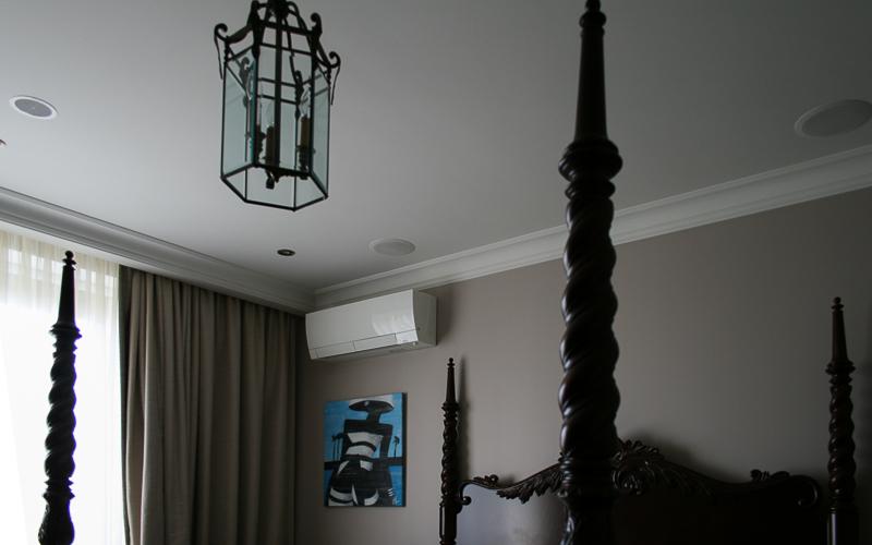 Домашний кинотеатр в спальне на основе потолочной акустики