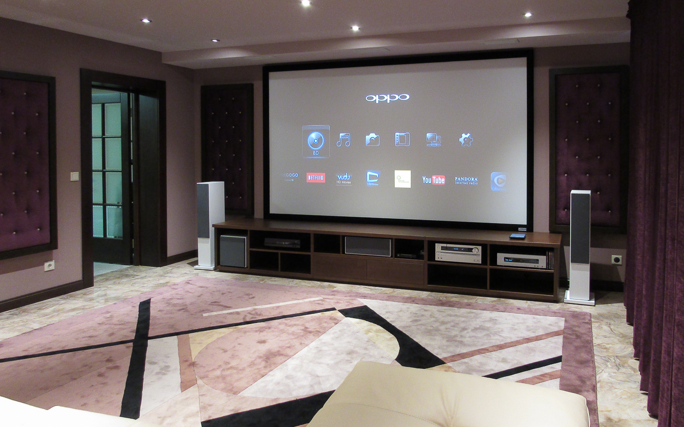 Домашний кинотеатр с проектором JVC И экраном Vutec в коттедже
