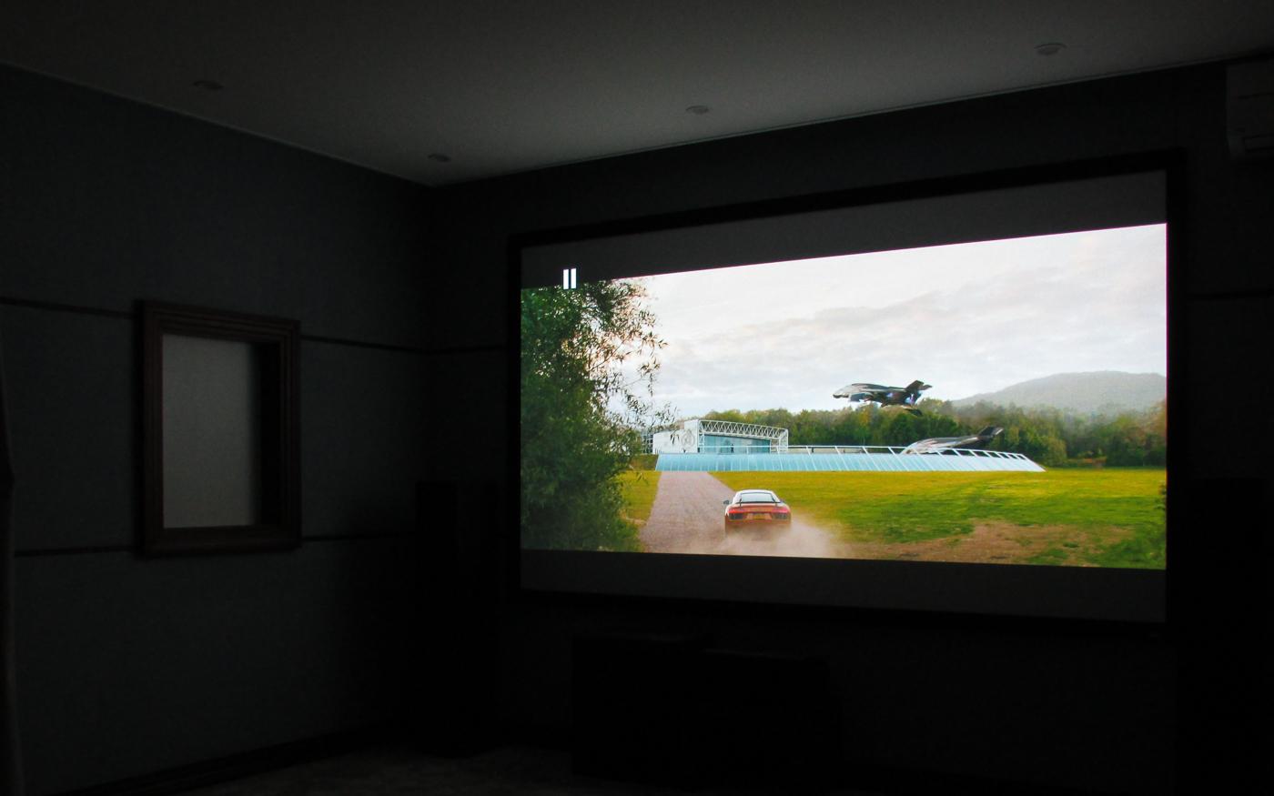 Домашний кинотеатр с проектором Panasonic и экраном Elite Screens