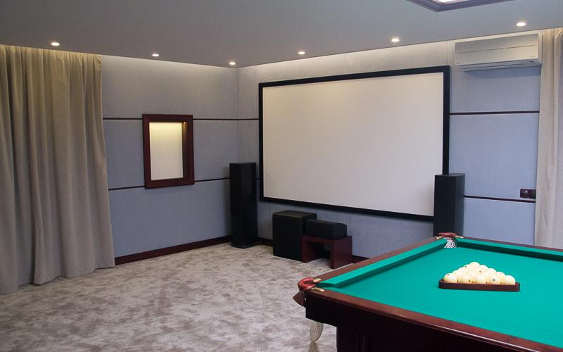 Домашний кинотеатр в бильярдной