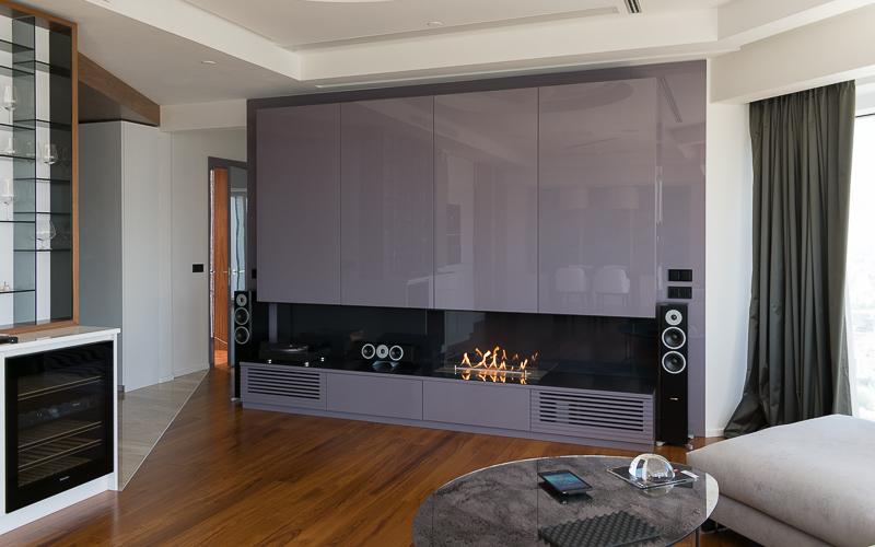 Домашний кинотеатр с проектором и экраном в квартире. Акустика Dynaudio