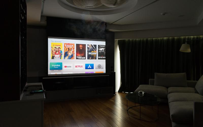Домашний кинотеатр с проектором в процессе работы
