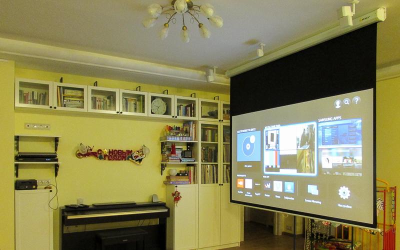 Экран домашнего кинотеатра с ручным механизмом