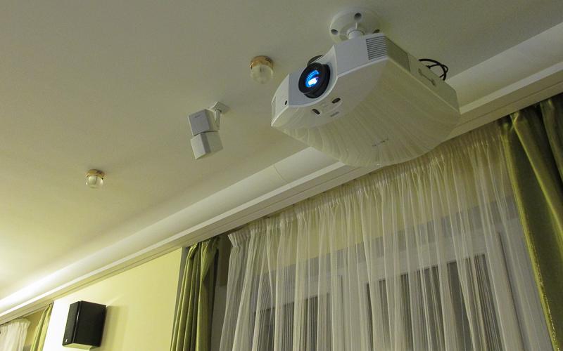 Проектор Sony VPL-HW45 в составе домашнего кинотеатра