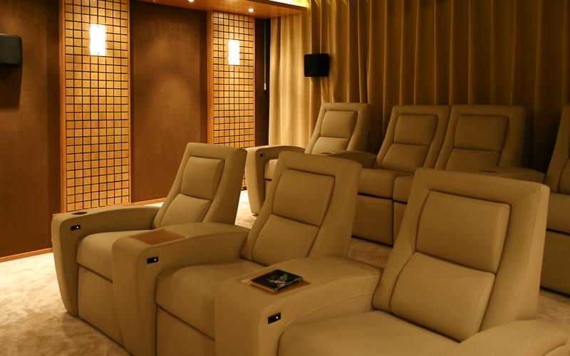 Кресла с электроприводами в персональном кинозале