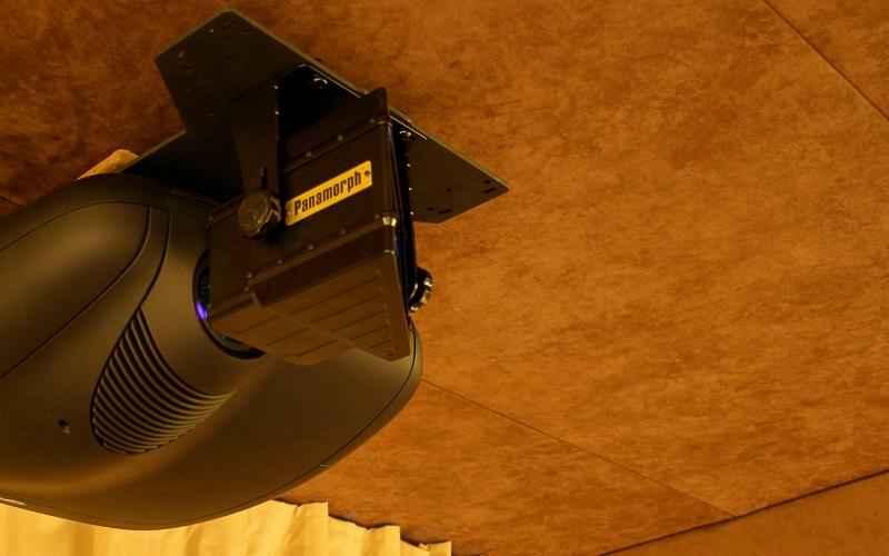 DLP-проектор Sim2 с анаморфной линзой