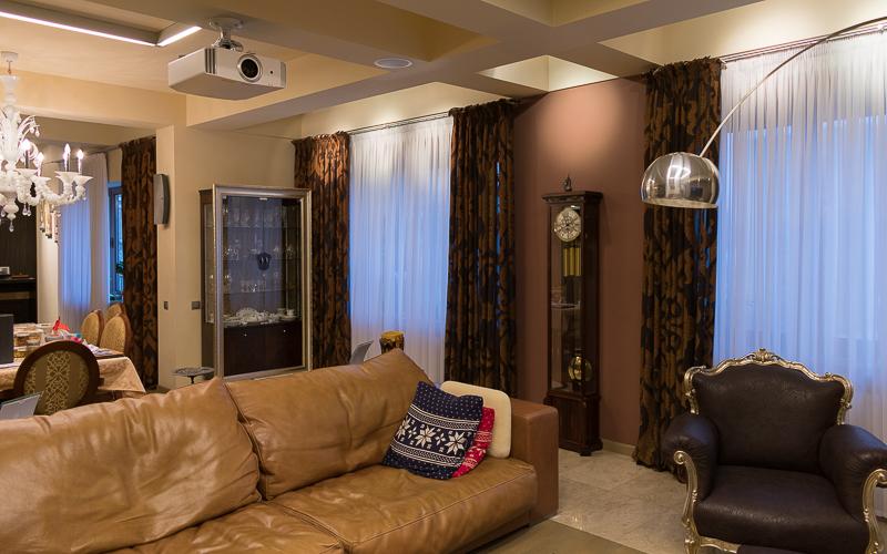 Проектор и тыловые акустические системы домашнего кинотеатра