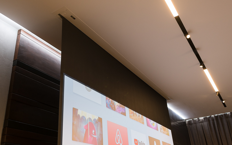 Экран смонтирован заподлицо с ГКЛ-потолком