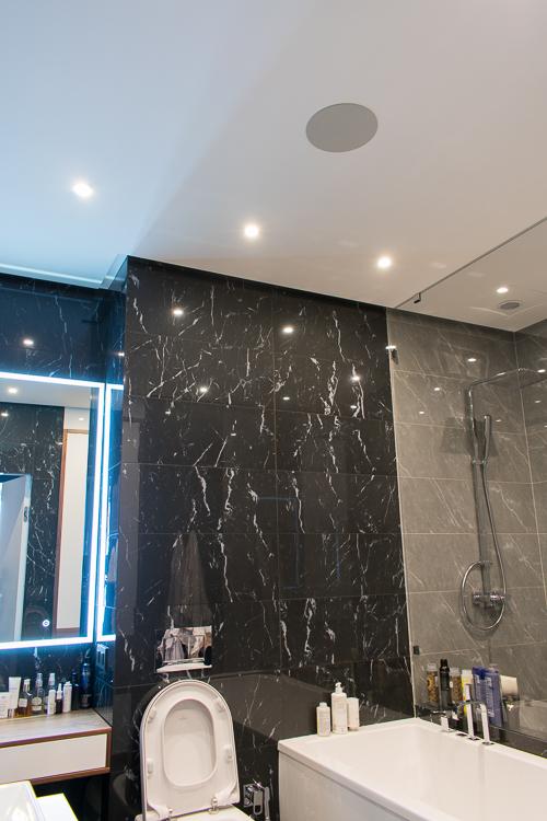 Акустическая система в ванной комнате встроена в потолок