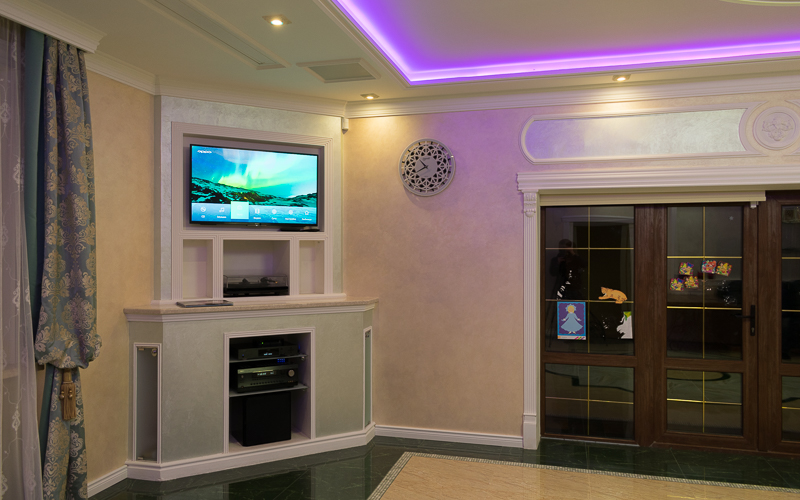 Телевизор Sony, электроника домашнего кинотеатра и активный сабвуфер Sunfire HRS10