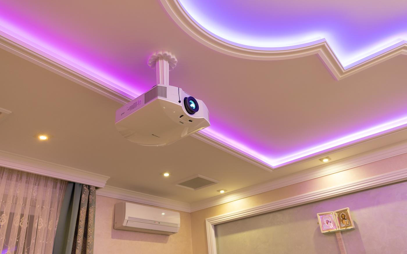 Проектор Sony VPL-HW65 смонтирован на потолке с использованием элементов декора