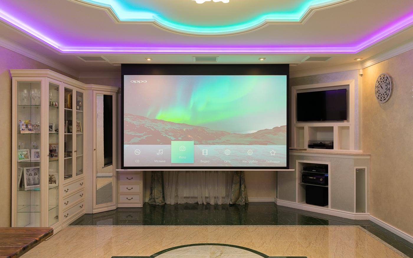 Интерьер домашнего кинотеатра с проектором и встроенной в потолок акустикой
