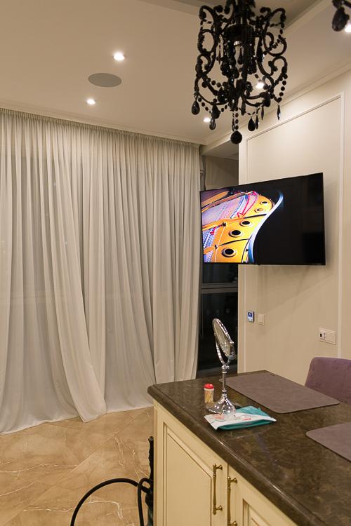 Телевизор на поворотном креплении в столовой