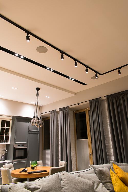 Жилое пространство в формате студии - одна из причин, почему использованы потолочные АС