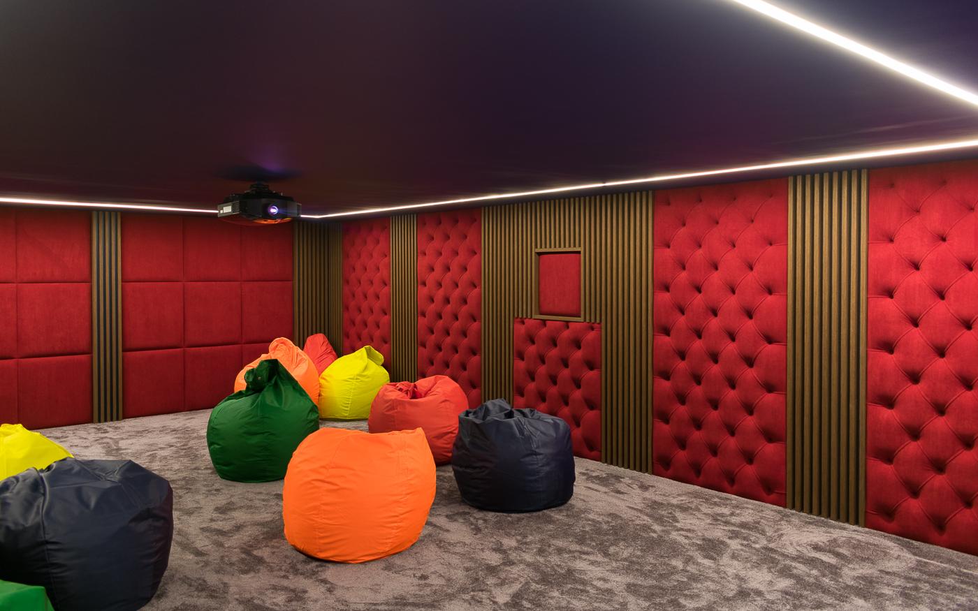 В кинозале применена тканевая отделка стен